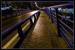 Punto de fuga (Miguel J.R.) Tags: punto nikon nocturnal carretera nocturna acera fuga curva hierro anden d40 a3b 6retos6 tff1
