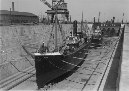 Barco da Companhia Portuguesa de Pescas em reparação, C.U.F./Cais da Rocha (M. Novais, s.d.)