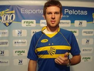 Carlos Eduardo com a nova camisa do Pelotas. Crédito: Divulgação