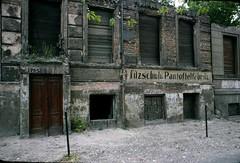 Bernauer Strasse Berlin 1978 (John Spooner) Tags: berlinwall creativecommons ddr gdr 426 berlinermauer diemauer i500 antifaschistischerschutzwall filzschuhupantoffelfabrik