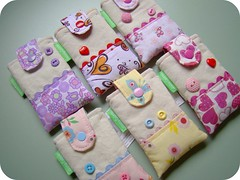 Overdose (Carina Esteves) Tags: handmade carina feitomo fabric boto button tecido botes portacelular esteves sianinha cellphonecase carinaesteves