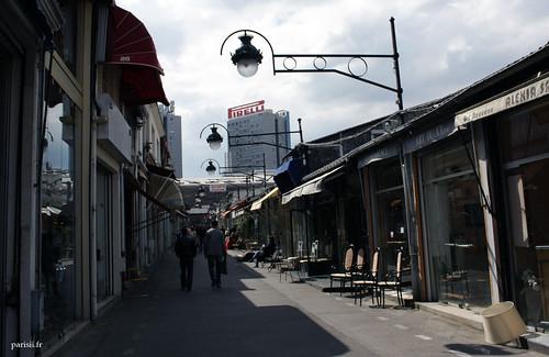 Les deux immeubles du fond dominent le marché aux puces, ils sont très présents :  Pirelli doit avoir un succès fou avec sa pub!