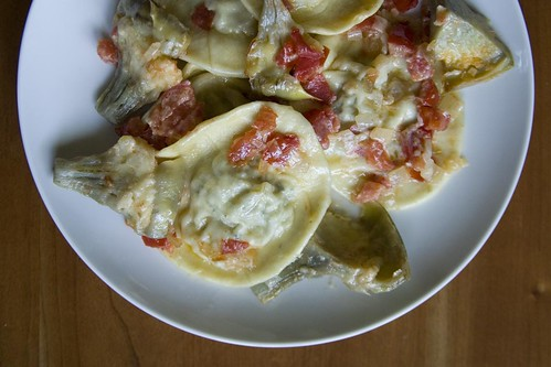 Artichoke ravioli with tomatoes and cream (II)