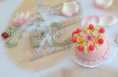 Pormenor C798 (BijouxKa) Tags: pink cake miniature necklace strawberry candy handmade jewelry bijuteria eat bolo colar delicioso morangos seet coleco bijouxka mnhamm