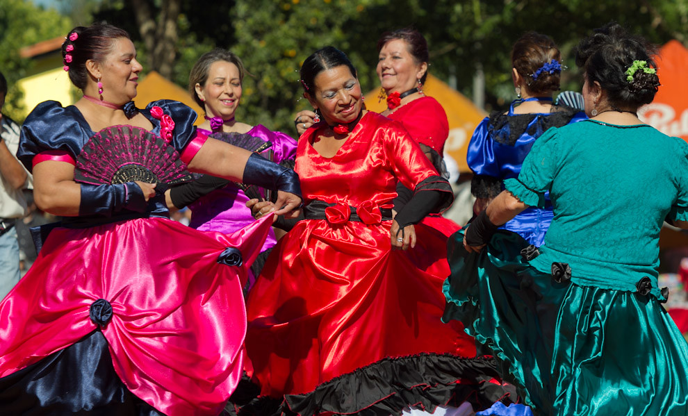 Con bailes y vestidos de época este equipo de bailarinas homenajean a los presentes y recuerdan el Bicentenario Patrio en el ruedo principal de la plaza de San Miguel. (Tetsu Espósito, San Miguel - Paraguay)