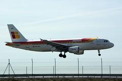 A punto de aterrizar (elm foto) Tags: avion iberia barajas planespotting aterrizaje airbusa320 monasterioderueda pentaxk10d