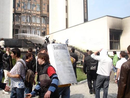 Presedintia, 7 aprilie 2009, Un tânăr cu scutul luat trofeu de la poliţist
