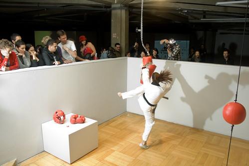 Lutadora de taekwondo quebra saco de cerâmica em performance, no trabalho re.van.che de Laerte Ramos, na abertura da segunda Temporada de Projetos 2009 no Paço das Artes. Clique na imagem para ver mais fotos da abertura.