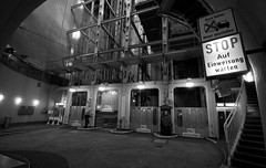Alter Elbtunnel (augschburger) Tags: iso800 hamburg tunnel noflash hh landungsbrücken stpauli 2009 elbe elbtunnel lightroom hansestadt alterelbtunnel hansestadthamburg adobephotoshoplightroom nikond300 landungsbrcken aperturef63 focallenght10mm ©augschburger jeffreyfriedlflickrexportplugin shutter¹⁄₁₀sek zeitautomatik lens1020mmf456 hamburgtrip09