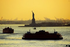 Activitat incessant / Incessant activity (SBA73) Tags: nyc sunset orange usa ny newyork water statue ferry port airplane puerto liberty libertad bay barco unitedstates harbour manhattan transport jet helicopter hudsonriver newark hafen estatua avi avin naranja soe heli aigua statenislandferry helicoptero transportes buque estadosunidos nuevayork taronja vespre vaixell ferri novayork llibertat estatsunits superaplus aplusphoto platinumheartaward 100commentgroup mygearandmepremium mygearandmebronze mygearandmesilver