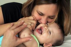 Pouca coisa é necessária para transformar inteiramente uma vida: (Fabiana Velôso) Tags: retrato amor carinho bebê alegria sorriso criança filho mãe mamãe proteção mãeefilho fabianavelôso