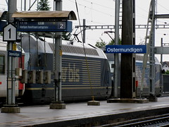 2 x BLS Lokomotive Re 465 am Bahnhof in Ostermundigen bei Bern in der Schweiz (chrchr_75) Tags: train de tren schweiz switzerland suisse swiss eisenbahn railway zug locomotive bern christoph svizzera bls bahn berne treno chemin centralstation fer locomotora tog juna berna lokomotive lok ferrovia simplon spoorweg suissa locomotiva lokomotiv ferroviaria  locomotief kanton chrigu ltschberg  0906 rautatie  zoug trainen brn ltschbergbahn  chrchr hurni chrchr75 chriguhurni albumbahnenderschweiz albumblsltschbergbahn chriguhurnibluemailch