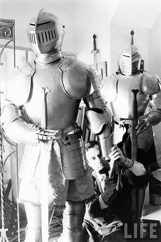 Fábrica de espadas, damasquinado y armaduras de Toledo en 1965. Fotografía de Carlo Bavagnoli. Revista Life (10)
