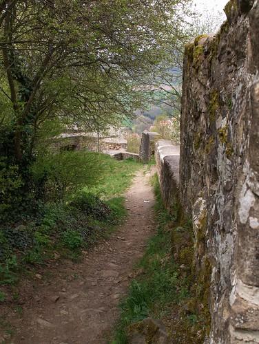 entlang alter Burgmauern
