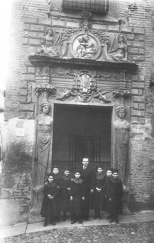 Colegio de Infantes (Toledo) a principios del siglo XX, con Jacinto Guerrero y 7 alumnos. Foto Rodríguez