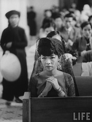 7-1962 Mrs. Dinh Nhu Ngo in church. par VIETNAM History in Pictures (1962-1963)