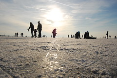 Ice skating on the lake, we love it (Maarten van den Berg) Tags: winter sun ice netherlands silhouette iceskating aalsmeer zon ijs schaatsen wintershot reflectingsun westeinderplas winterinholland2009 nederlandschaatst