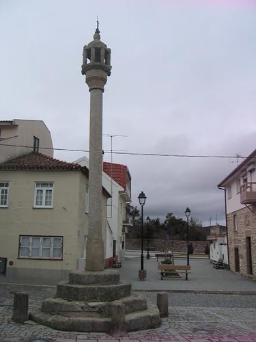 Situado no Largo do Pelourinho, de fuste octogonal,do tipo gaiola,rematado por esfera armilar,construido no Séc. XVI