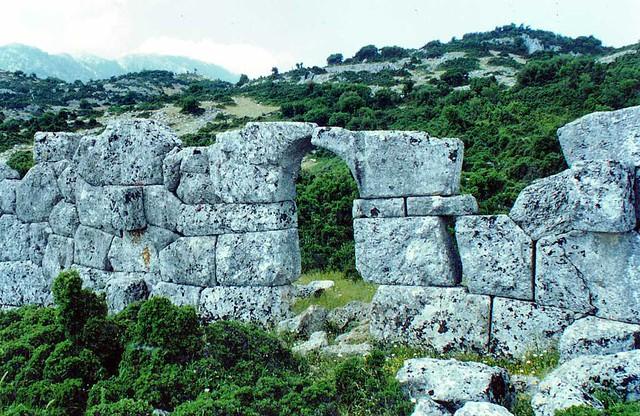Δυτική Ελλάδα - Αιτωλοακαρνανία - Δήμος Μεδεώνος Πύλη στο αρχαίο κάστρο, Κομποτή