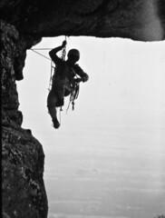 b/n ,apertura techo en los galayos, gredos ,spain ,DSC_0059  r 2003 (tomas meson) Tags: climb nikon d70 sierra climbing alpinismo escalada roca gredos techo fiatlux galayos digitalcameraclub arenasdesanpedro berroqueras tomasmeson