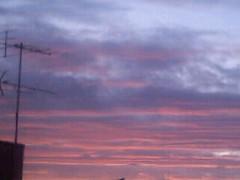 【写真】夕陽で赤く染まる雲