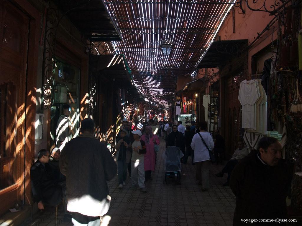 Muitos marroquinos aproveitam que seja sábado para virem passear até ao zoco