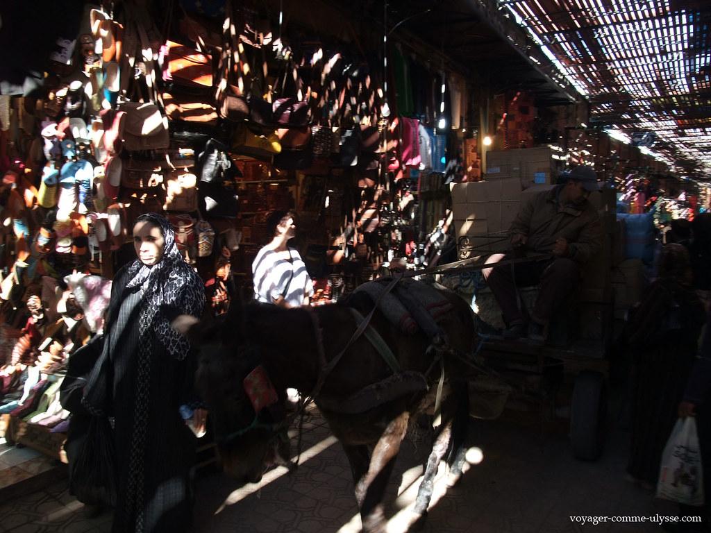 Tout le monde traverse le souk, y compris les ânes et les mobilettes