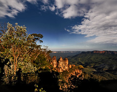 ~ The Blue Mountains Scene ~ (Peem (pattpoom)) Tags: mountains landscape nikon searchthebest sydney australia bluemountains threesisters soe naturesfinest blueribbonwinner anawesomeshot d700 holidaysvacanzeurlaub bestofaustralia theunforgettablepictures favemoifrance natureandnothingelse vosplusbellesphotos nikkorafs1424mmf28ged