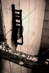 La sombra de lo que fui... (Monacantha) Tags: window ventana blind persiana monacantha