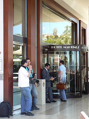 photographes, entrée du Martinez.jpg