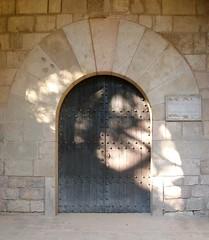 Antiga porta de belles arts (emilius) Tags: art performance
