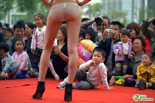 lingerie-models-modelling-for-Chinese-children-on-runway-01-560x373