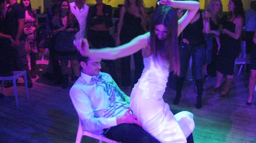 גיא מקבל ריקוד מפנק מאולה אתמול.
