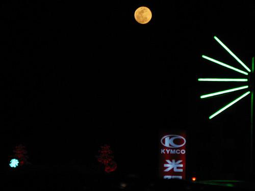元宵節剛升起的月亮又大又圓又明亮及檳榔攤的霓虹燈管
