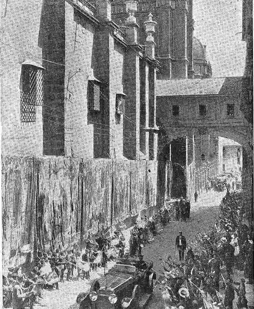 10 junio 1924. Visita de los Reyes de España e Italia a Toledo. La comitiva Regia en el Arco de Palacio, adornado con tapices. Foto Rodríguez