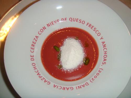 Gazpacho de cerezas, nieve de queso fresco y anchoas (2002)