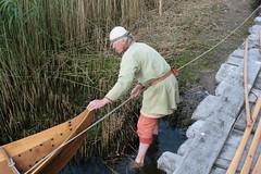 Reinhard Erichsen zieht Nökkvi an das Ufer Haithabu - Museumsfreifläche Wikinger Museum Haithabu WHH 27-05-2009