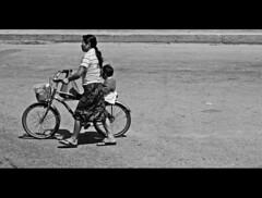 mis razones para vivir no son muchas, pero s son fuertes (quino para los amigos) Tags: poverty street family bike familia mxico bag calle mother son bicicleta valladolid mum bolsa madre hijo pobreza estafotoesincreible dsflsdkjflsdjhitz