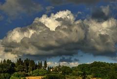 nubi scure si addensano all'orizzonte
