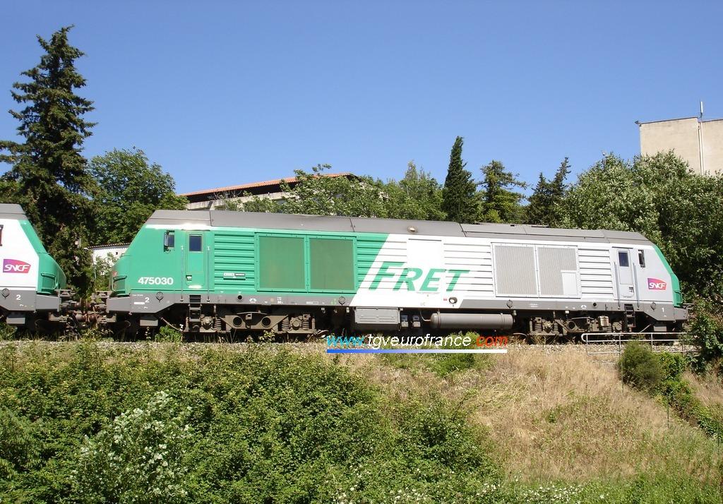 Une locomotive BB 75000 en livrée FRET SNCF en pousse d'un convoi de bauxite sur la voie Gardanne - Aix-en-Provence
