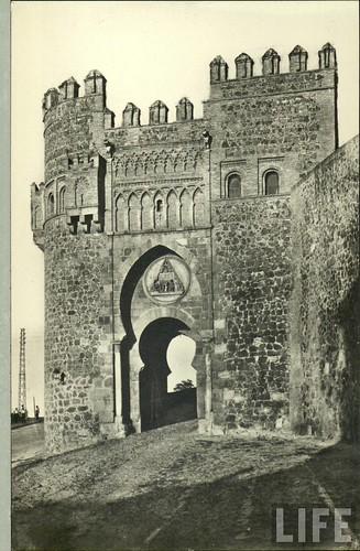 Puerta del Sol  de Toledo a principios del siglo XX. Archivo de la revista Life (1)