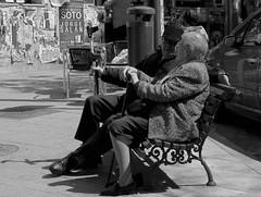 Afecto con muleta y bastn/Crutch and cane affection (Joe Lomas) Tags: madrid street leica urban bench candid banco reality streetphoto urbano oldpeople urbanphoto ancianos realidad callejero viejos mayores terceraedad robados realphoto personasmayores fotourbana gentemayor viejecitos fotoenlacalle fotoreal photostakenwithaleica leicaphoto