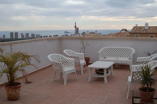 Fabulosa terraza con vistas a toda la bahia de Benidorm.   Solicite más información a su inmobiliaria de confianza en Benidorm  www.inmobiliariabenidorm.com