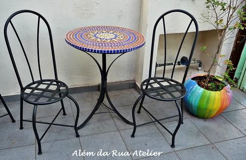mesa de mosaico e cadeiras de ferro