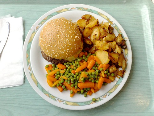 cheeseburger with fried potatos / Cheeseburger mit Bratkartoffeln