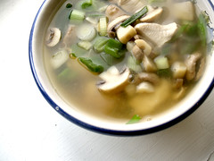 Suppe med kylling, svampe og forårsløg