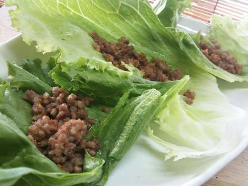 #jisui ひき肉のエビ味噌炒め、レタス包みで!旨味いいわー。カピ、意外と使えるなあ!