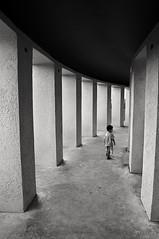 (Nilton Ramos Quoirin) Tags: boy brazil paran brasil kid child perspective garoto curitiba perspectiva column criana menino guri moleque coluna parquetangu pi