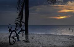 Un descansito para disfrutar este atardecer! (Oniblis  photography) Tags: sea sol beach atardecer venezuela bicicleta ciclista lecheria sunsunset platinumphoto