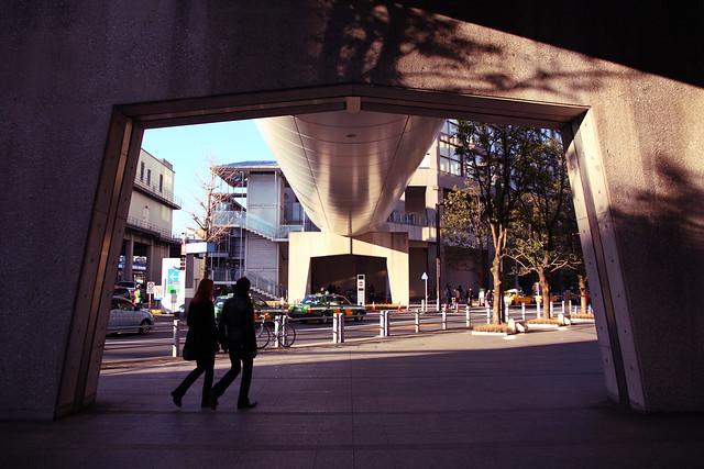 ビル下の橋脚